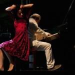 o-pianista-benjamin-taubkin-e-a-dancarina-morena-nascimento-se-apresentam-no-palco-anhangabau-durante-a-virada-cultural-552012-1336276558614_956x500