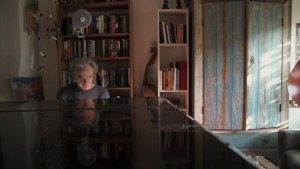 Fotos do filme o Piano que Conversa - Benjamim Taubkin tocando